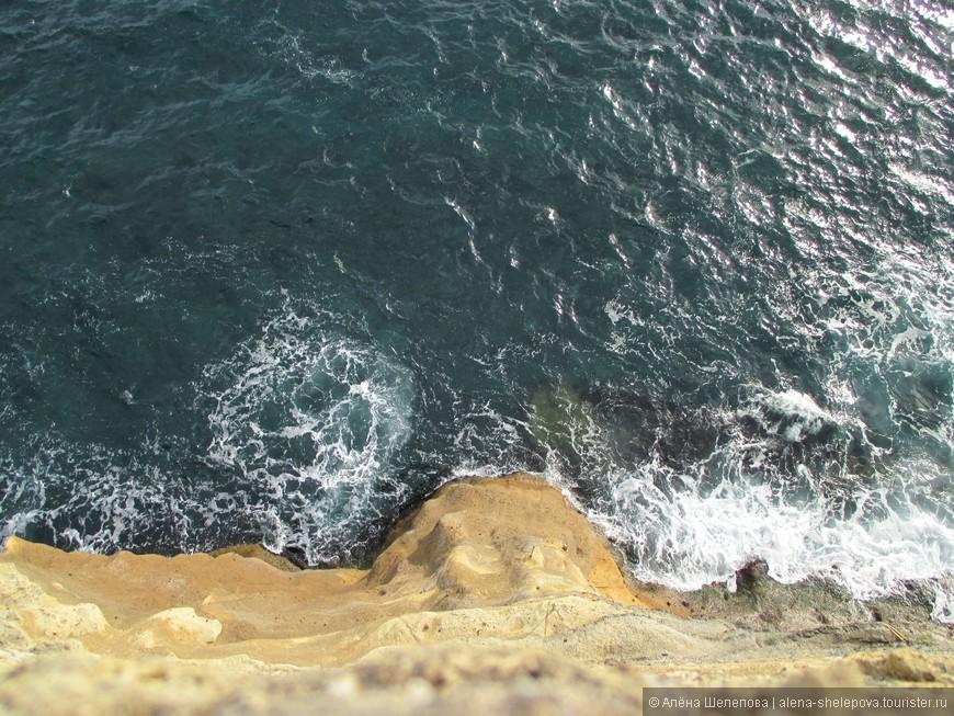 А этот вид вниз с площадки замка... Каменная стена, и тут же внизу обрыв  -синяя пучина, бурлит и пенится. Это так впечатляет.
