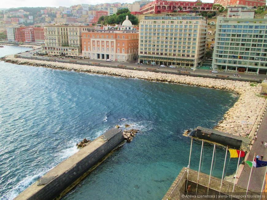 А это вид из замка на набережную, и расположенные на ней многочисленные отели.