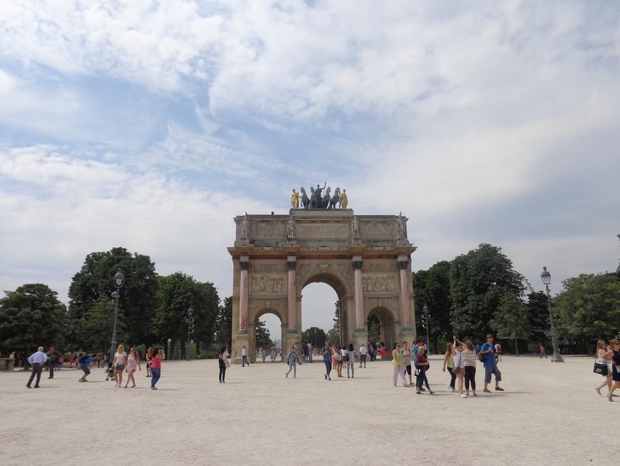 Триумфальная арка Карусель. Все что осталось от некогда прекрасного дворца Тюильри, сгоревшего в 1871 году.