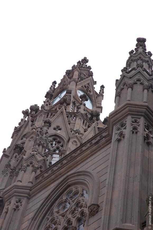 Стены собора украшает богатый декор.