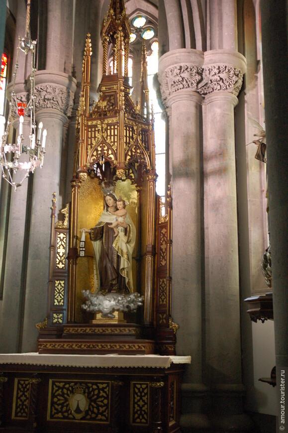 А это уже внутреннее убранство церкви Сан-Хуан-Баутиста (San Juan Bautista).