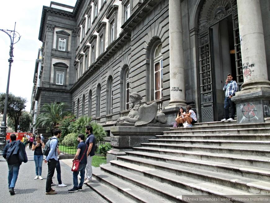 По пути к центральной части города мы набрели на Неаполитанский университет, на крыльце которого сидели беззаботные студенты, по всей видимости, сдавшие все экзамены - ведь дело было в июле.
