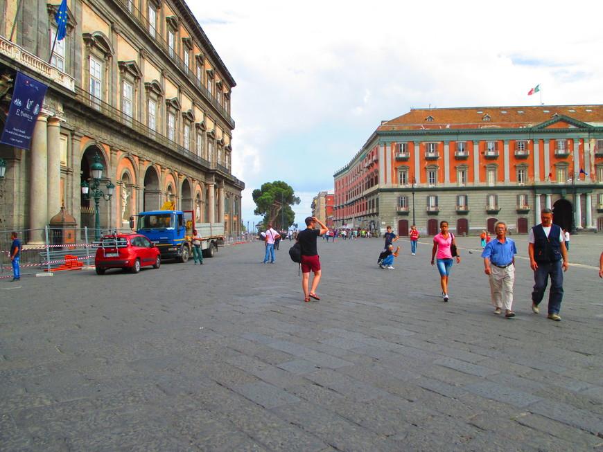 Выбравшись из замка, мы оказались в самом сердце Неаполя - на главной площади Пьяцца-дель-Плебишито, окруженной Королевским дворцом.