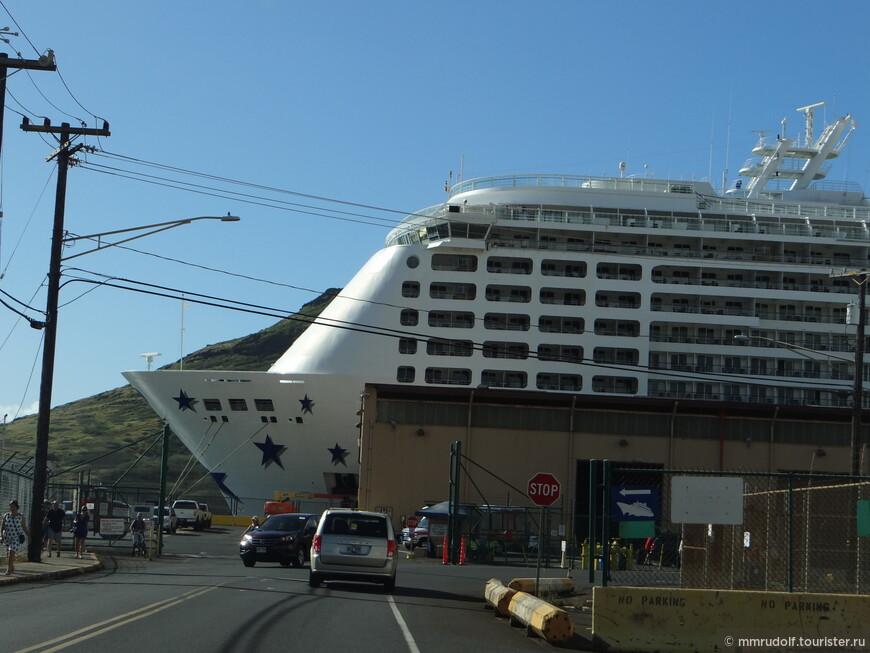 туристический лайнер в порту