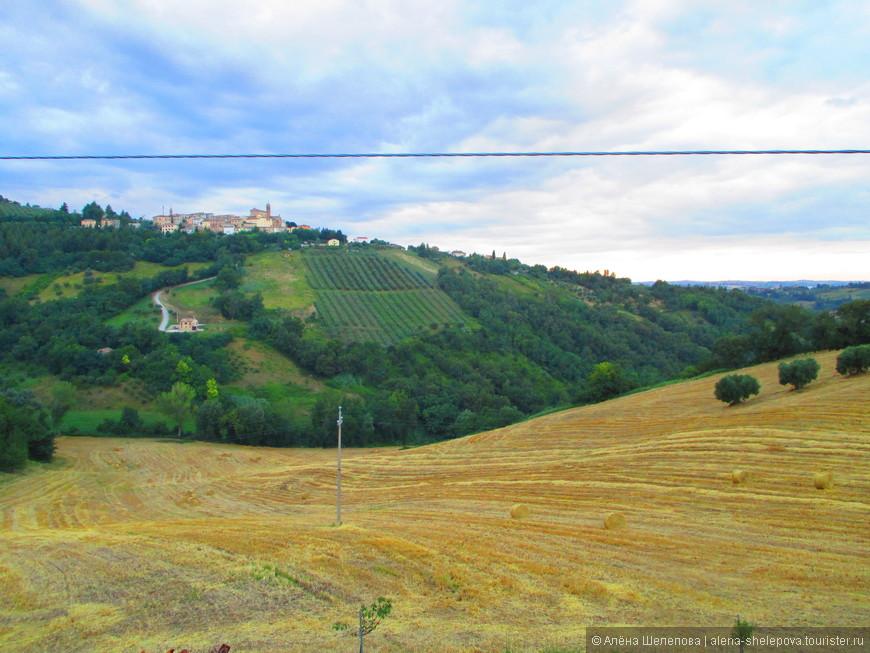 На этом фото видно комунну Кастельпланио, расположенную на холме, а также сельскохозяйственные угодья и виноградники. Это был запоминающийся вечер - ужин, на котором нам подали прекрасно приготовленного домашнего кролика, с вином местного разлива в придачу. Вечер, тишина, солнце садится за холмы, и мы неспешно пробуем яства радушных итальянских фермеров и слушаем их эмоциональный итальянский говор.