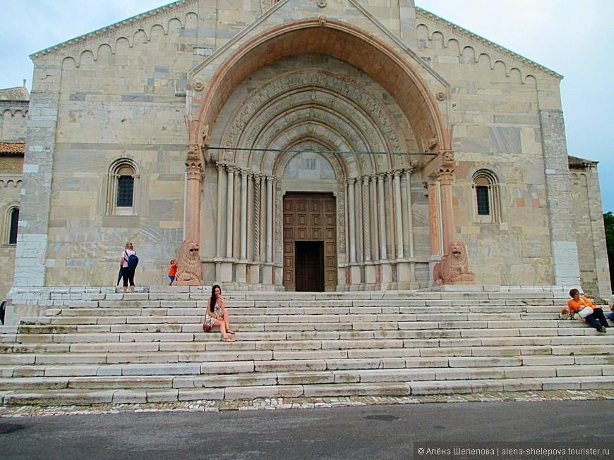 А вот и сам собор святого Кириака, расположенный на вершине холма. Он является своебразным символом Анконы. Ему уже около тысячи лет, и он интересен тем, что изначально был языческим храмом Венеры, а потом был перестроен в католический.