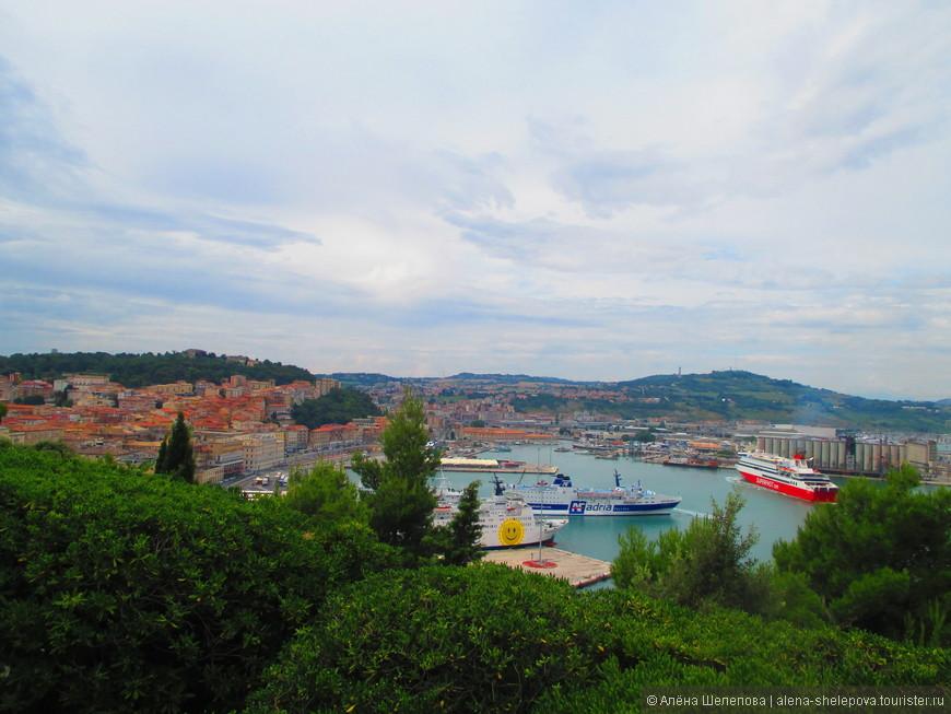 С вершины холма открывается прекрасный вид на город и Анконский порт. Голубая вода, корабли, рыжие крыши домов и  много зелени - так в моей памяти отпечаталась Анкона.