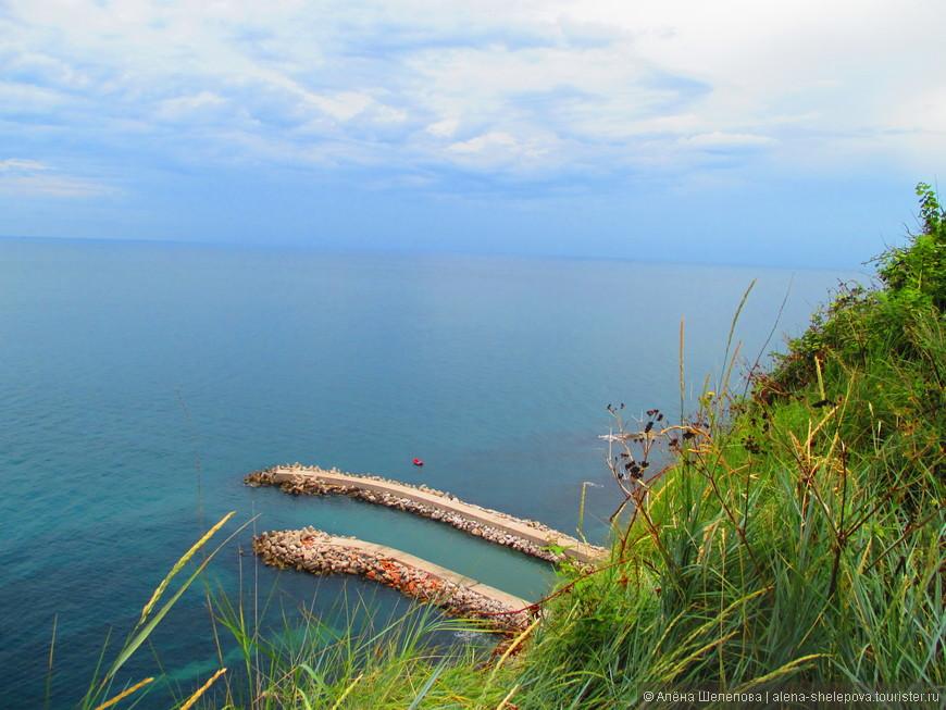 А за поворотом - море, бескрайнее и такое синее. Из парка открывается захватывающий вид на Адриатическое побережье. Впечатляет ландшафт, масштаб, море - оно безумно красивое.