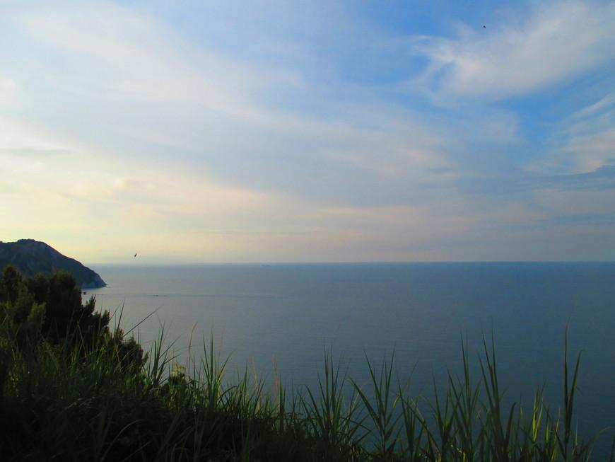 Так мы встретили закат, любуясь,  как солнце садится куда-то за горизонт Адриатического моря.  А на следующее утро поезд умчал нас в новые дали. Но побережье Анконы я, наверное, вряд ли забуду.