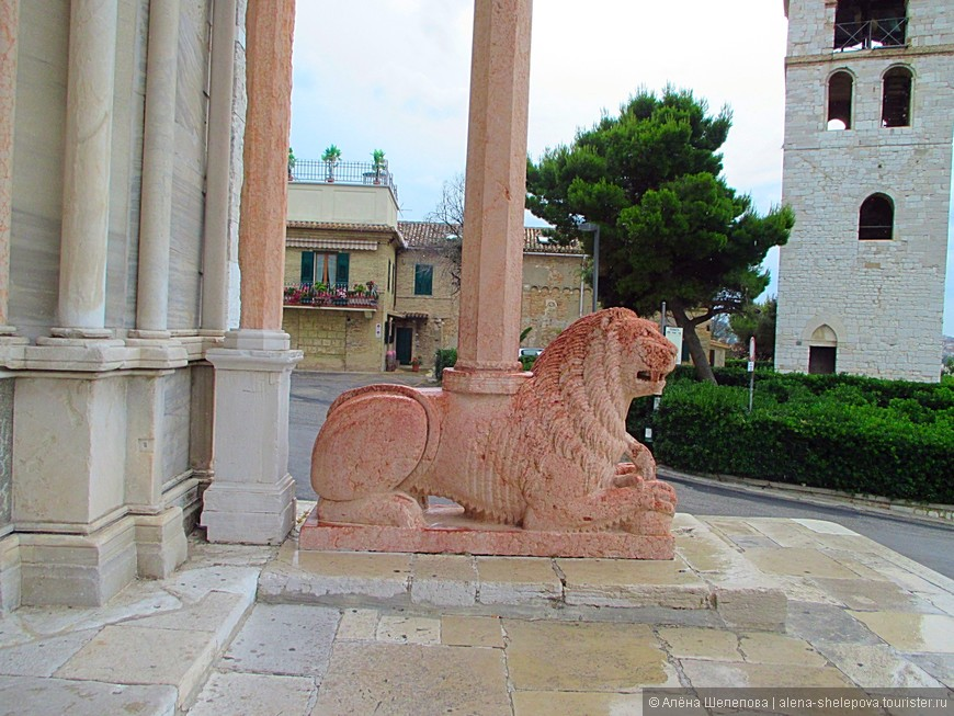 Вход в храм стерегут два льва из розового мрамора.