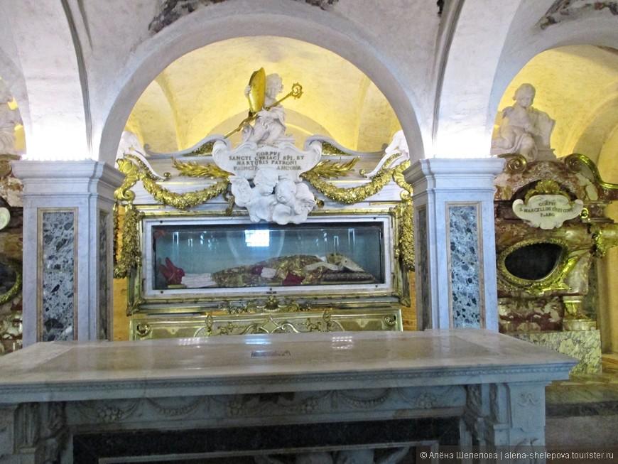 Что меня поразило внутри храма - там хранятся тела святых в саркофагах. На фото один из них. Впечатление производит неоднозначное.
