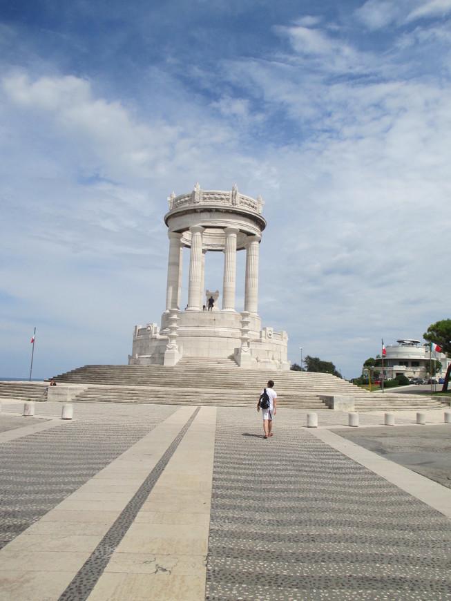 Вдоволь нагулявшись по парку, мы спустись с холмов и приблизились к городскому пляжу Анконы. На фото - монумент погибшим в первой мировой войне, лестницы от которого ведут вниз, к морю.