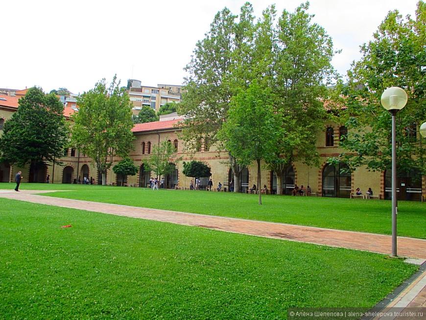 Так как наша знакомая на тот момент была студенткой, она показала нам свой университет. Так выглядит внутренний двор университета Анконы.