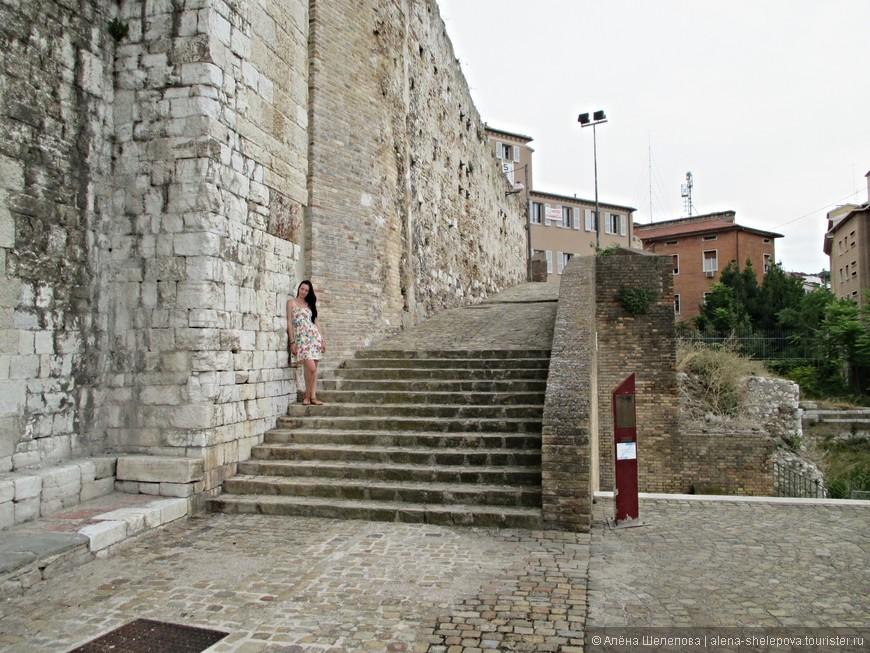 Историческая часть города включает холм Гуаско, подъем по которому мы и начали. Он весь испещрен древними улочками с каменными стенами и лестницами.