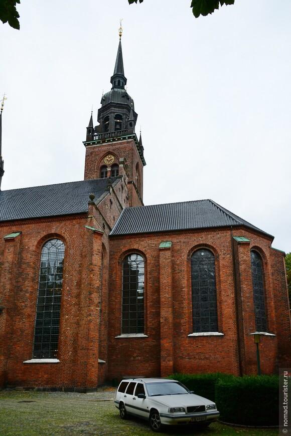 Недалеко от площади возвышается старейшая церковь Копенгагена - церковь Святого Духа. Она была построена еще в 13 веке для монахов-августинцев, которые принимали и выхаживали больных и немощных.