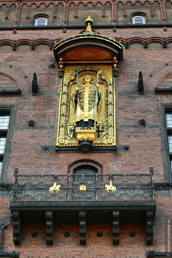 Фасад украшает позолоченная статуя епископа Абсалона, основателя Копенгагена. На часовой башне установлены астрономические часы Йена Ольсена. Часы состоят из более чем 15 тысяч деталей, показывают мировое и солнечное время, время заката и восхода, а для кучи и положение Солнца и Луны. Их погрешность составляет всего 0,4 секунды в 300 лет!!! Остается только одна проблема - рассмотреть их на высоте Часовой башни.