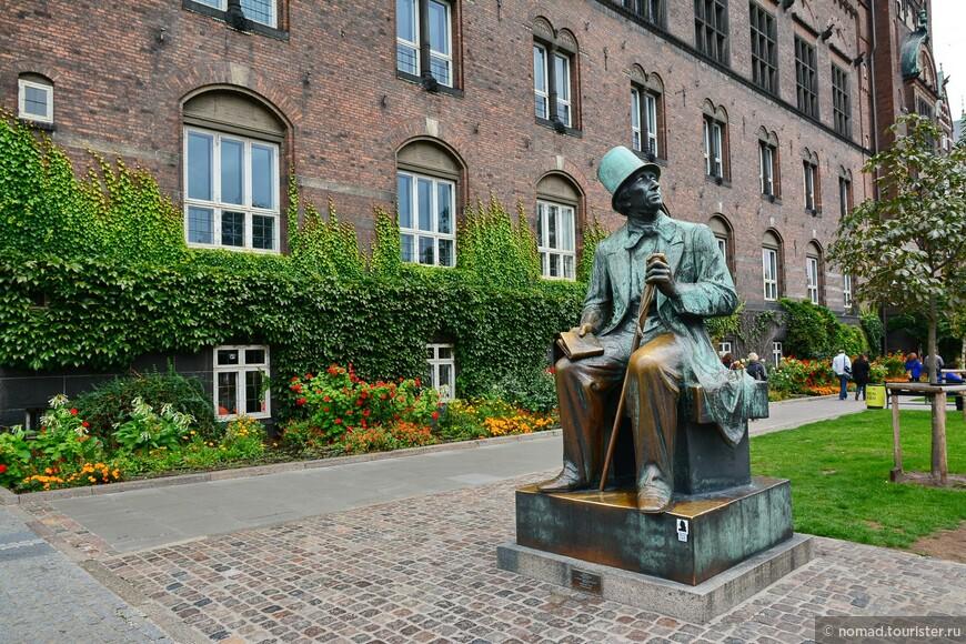 """Около ратуши сидит бронзовый Андерсен (""""это же памятник, кто его посадит!!"""" ) и с тоской смотрит налево... Угадайте, куда смотрит великий сказочник? )"""