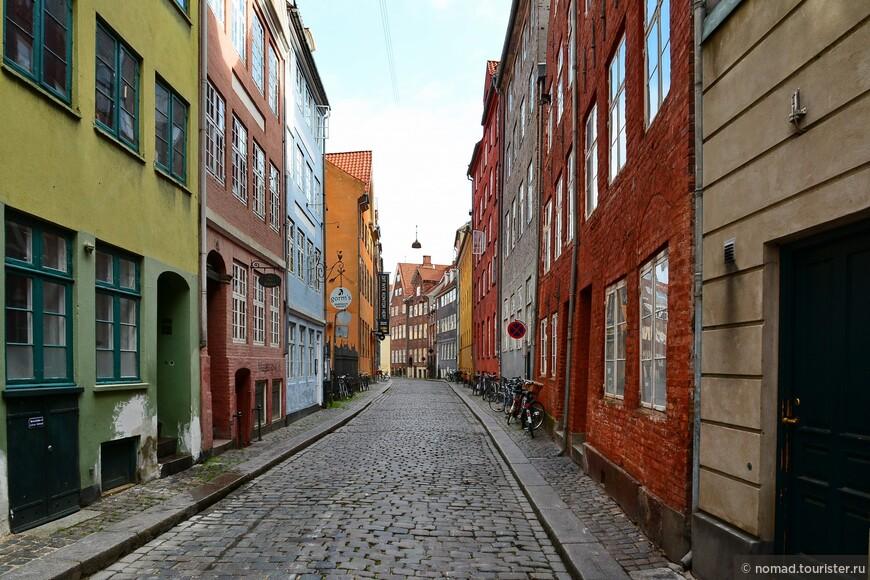 Узенькие улочки ведут нас к еще одной достопримечательности - дворцу Кристиансборг.