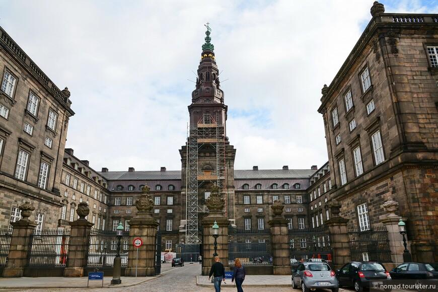 Центральная часть Кристиансборга - очередной высоченный шпиль.