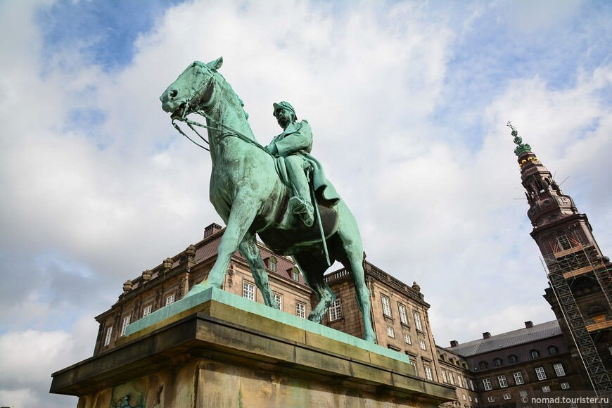 Тут же находится конная статуя короля Кристиана IX.
