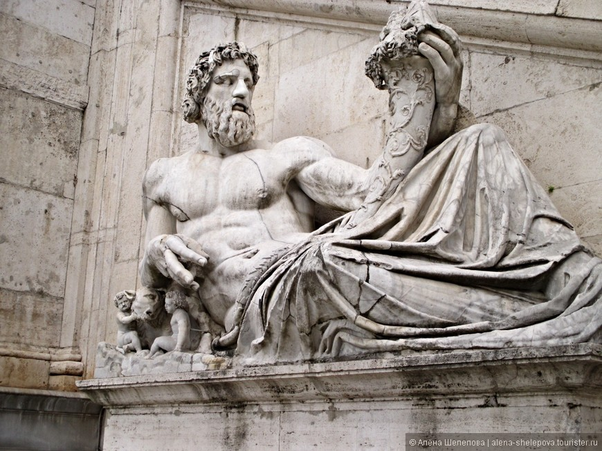Олицетворение Тибра - главной реки Рима-  с рогом изобилия в руке.