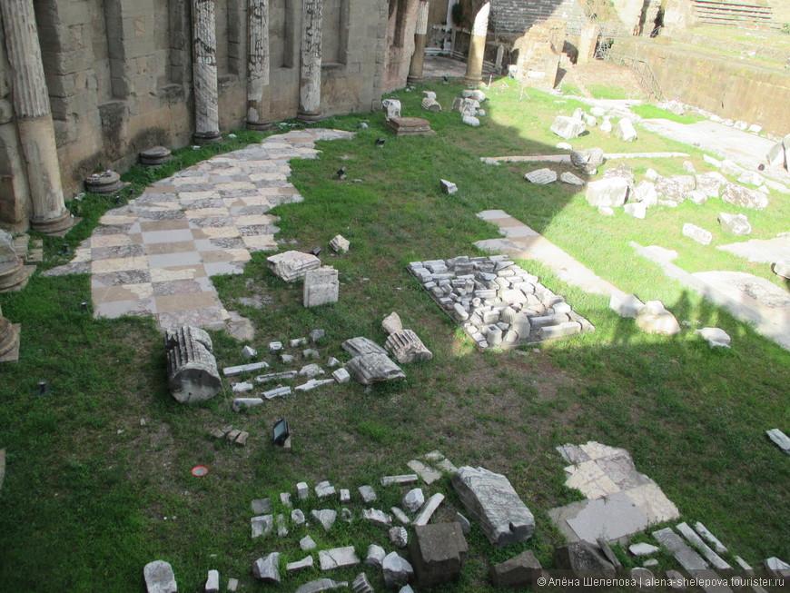 Удивительно, как итальянцы щепетильно относятся к своей истории - по всему Риму каждая древняя колонна реставрируется, подсвечивается и бережно хранится. Так, например, на фото - аккуратно разложены кусочки древних колонн и плитки.