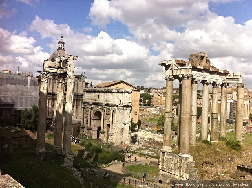 А это вид на обширный Римский форум, состоящий из целого комплекса архитектурных строений, или точнее говоря, древних полу-руин. Мы посмотрели его только сверху и со стороны, но вообще есть возможность пройти внутрь и взять экскурсию.