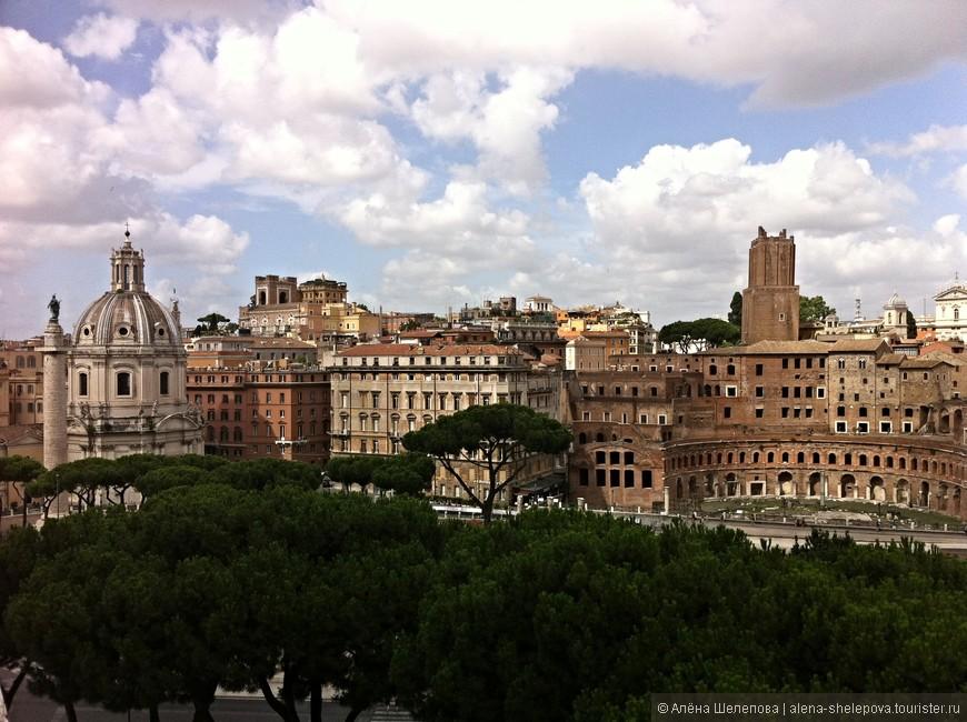 """На """"свадебном торте"""" есть отличная смотровая площадка, с которой открывается чудесный вид на Рим. Сердце начинает биться чаще, когда смотришь с высоты на величественные здания, обрамленные многочисленными пиниями- хвойными деревьями, характерными именно для средиземноморских широт"""