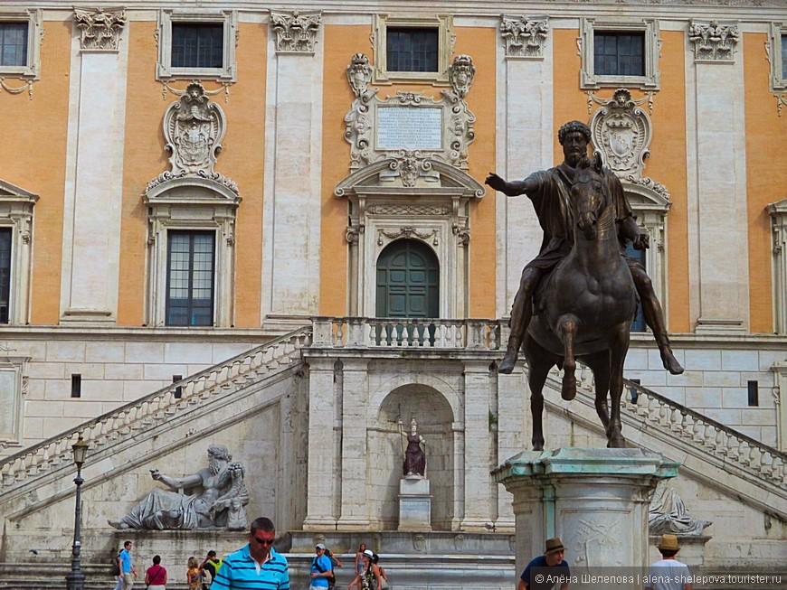 А также имеется скульптура Марка Аврелия на коне.