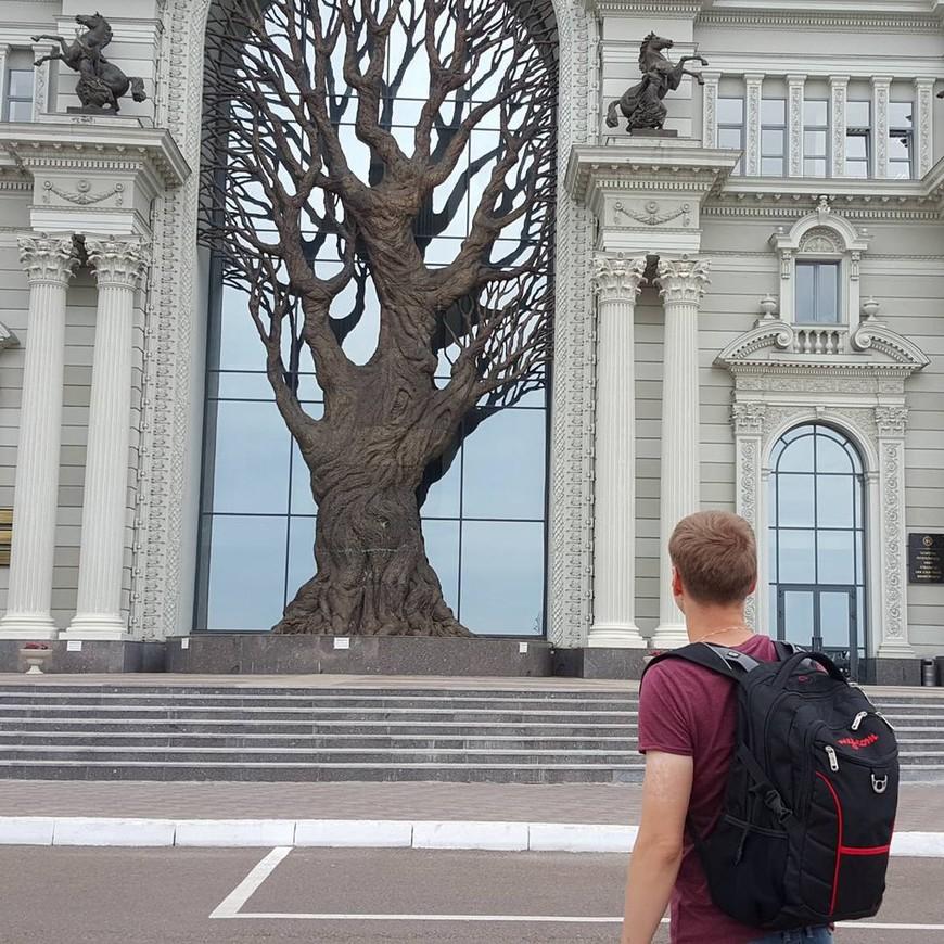 Дворец Земледельцев. Снаружи красивое и европейское здание. Внутри сказали аля СССР