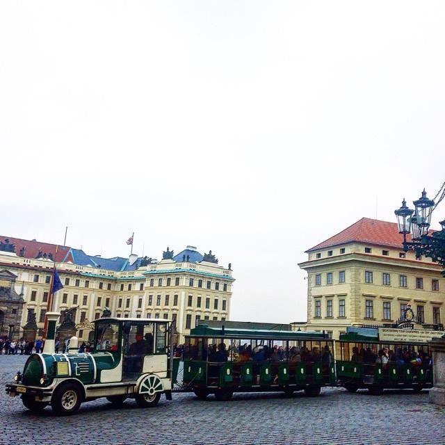 """Гуляя по Праге, можно и устать! Вот на таком """"паровозике"""" Вы можете за 280 крон уехать с Градчанской площади, расположенной около Пражского града, до Староместкой площади за час. За время поездки Вы получите информацию на нескольких языках о тех объектах, мимо которых будете проезжать."""