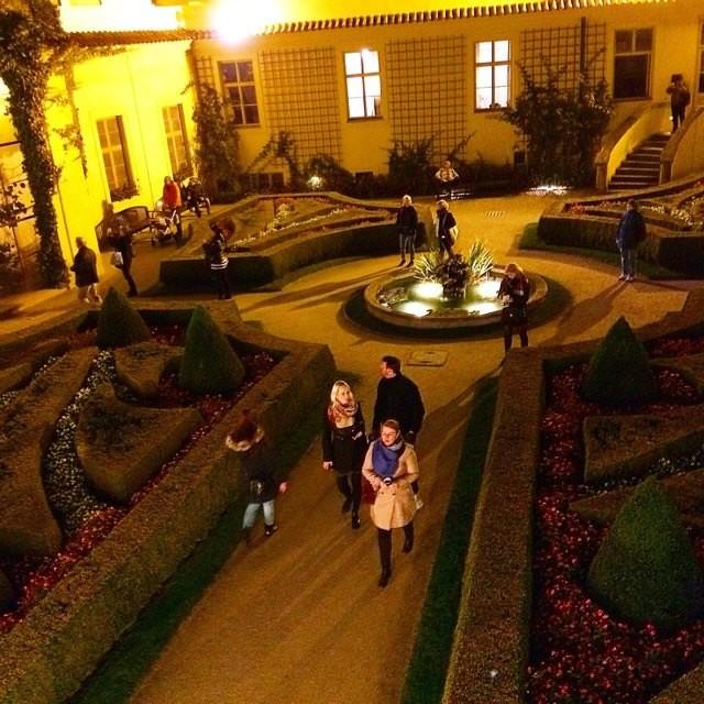"""Один из самых красивых барочных садов Праги-Врбовский. Ночной подсветкой """"балуют"""" посетителей дважды в год на открытие - 1.04 и закрытие - 31.10 большого туристического сезона."""