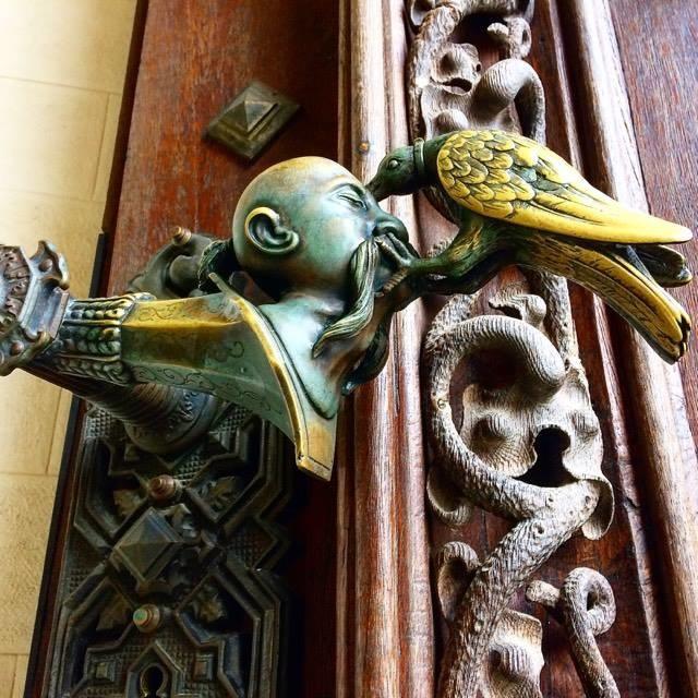 Часть герба рода Шварценбергов. Дверная ручка на замковых воротах в Глубоке-над-Влтавой.