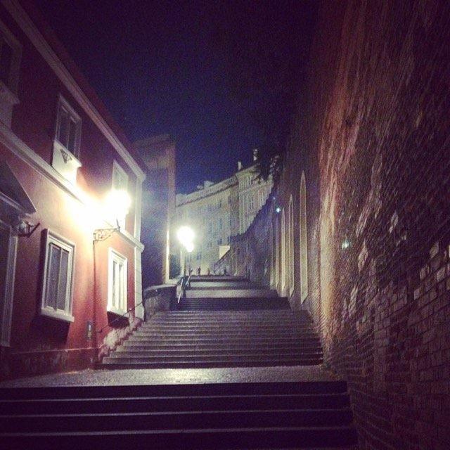 Прага. Старая лестница, ведущая к Пражскому граду ночью.