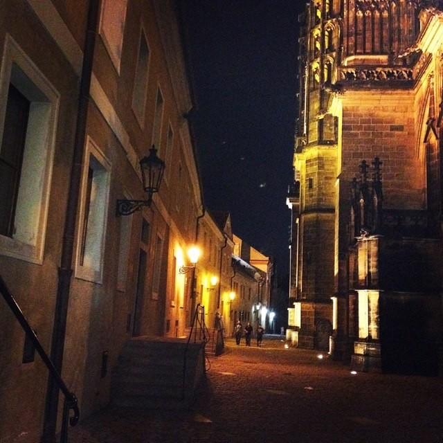 Прага. Пражский град ночью. Улица Викаржская.