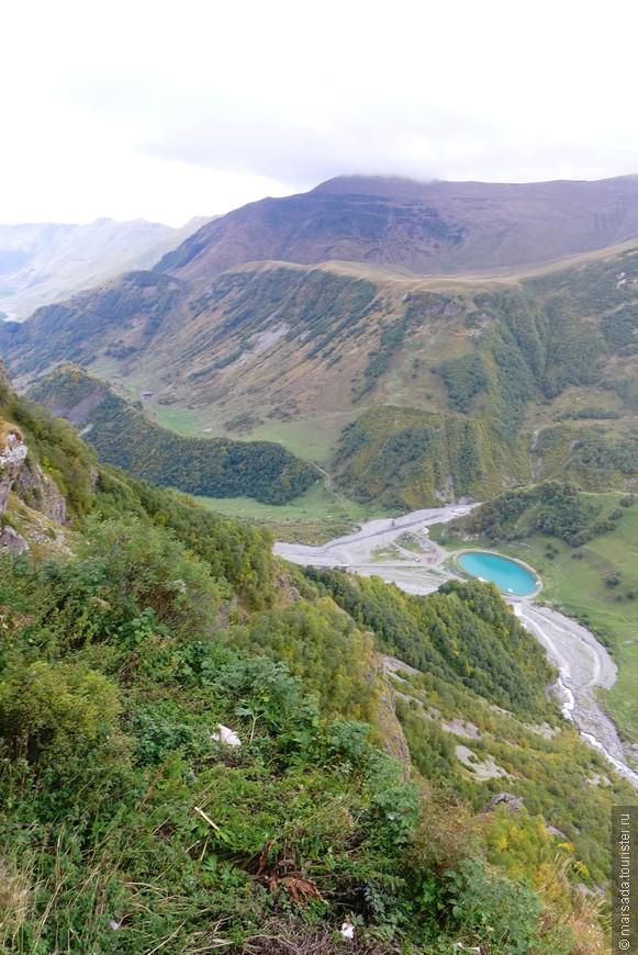 Участок пути от Казбеги до старинного селения Гвелети, проложенный по узкому карнизу, очень живописен: сверху нависают угрюмые скалы, глубоко внизу ревёт и клокочет Терек.
