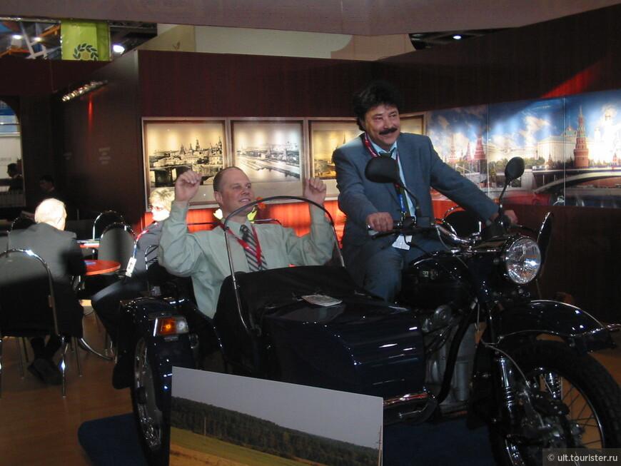 Это мы привезли на выставку мотоцикл Урал. Все залазили и позировали. Ух!