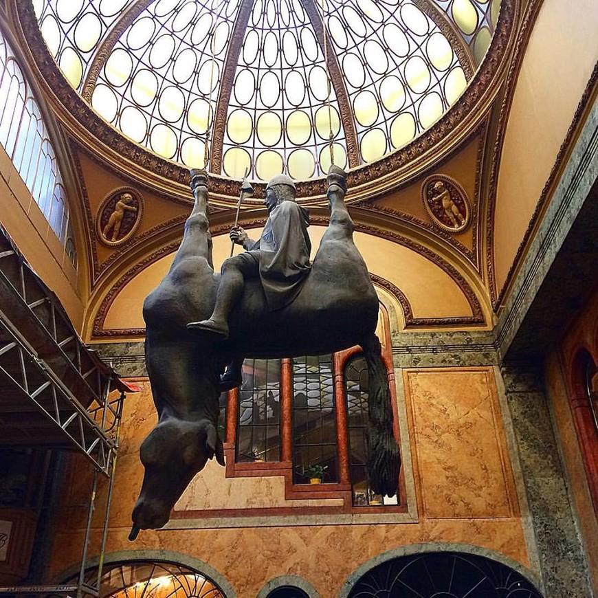 Творчество скульптора Давида Чёрного 1967 г.р. вызывает много споров. вот одно из его творений, находится в пассаже Люцерны.