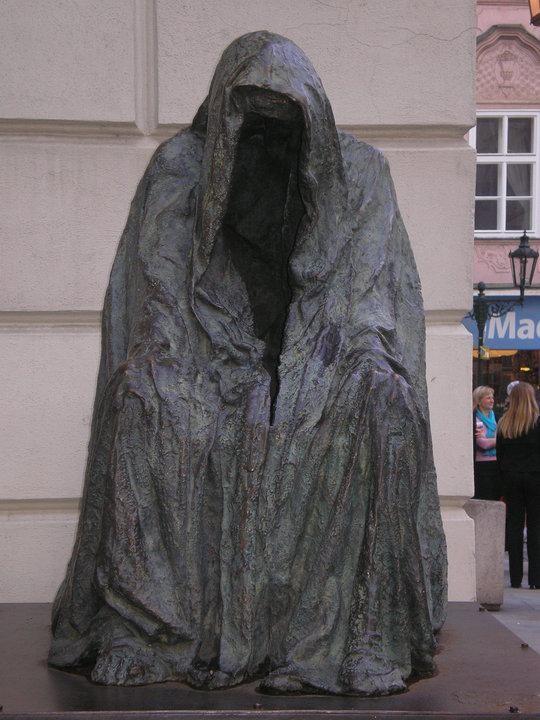 скульптура привидения командора из оперы Дон Жуан у Сословного театра.