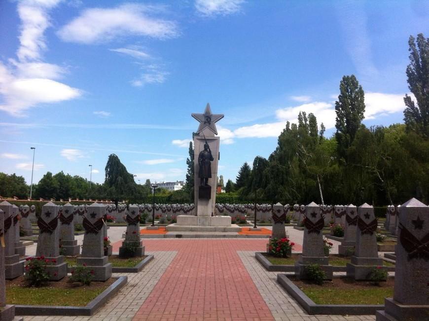Ольшанское кладбище, здесь похоронены советские солдаты, отдавшие свои жизни за освобождение Чехии.