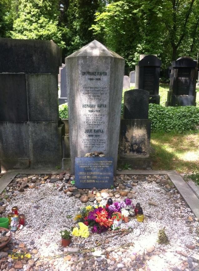 могила Франца Кафки на еврейском кладбище.