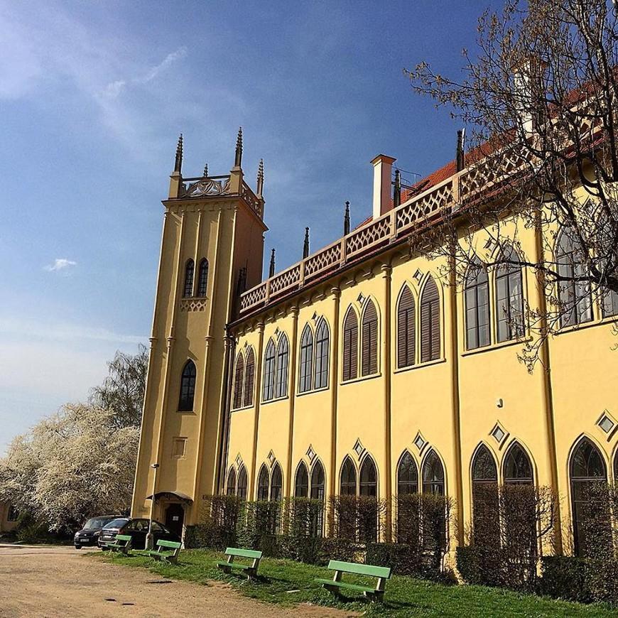 когда-то королевский охотничий замок, ныне библиотека.