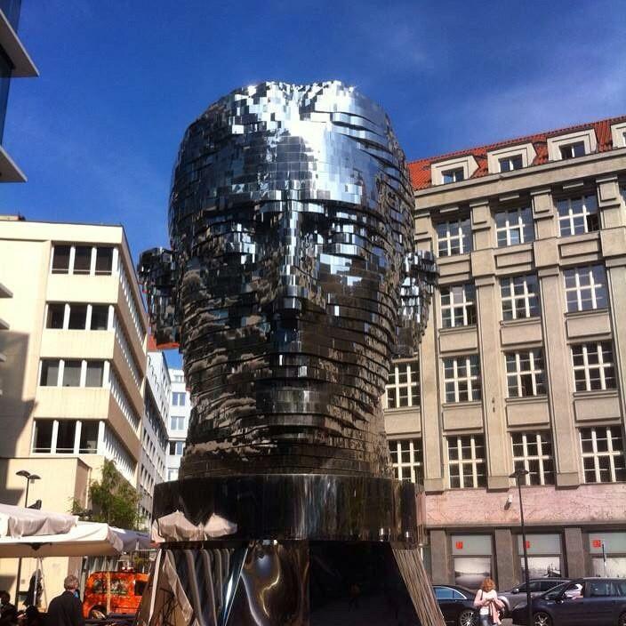 Скульптура - голова Франца Кафки. Давид Чёрный.