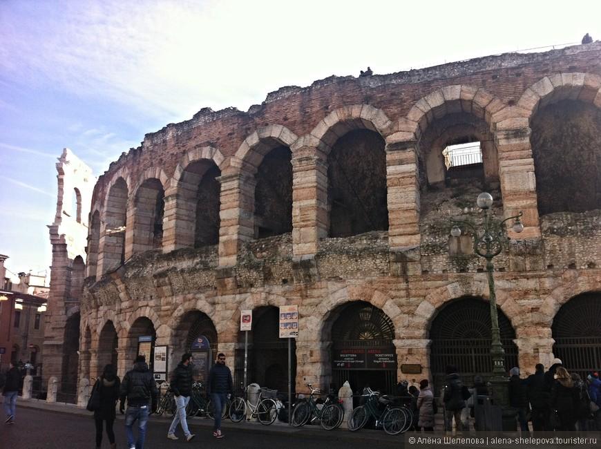 На пьяцца Бра расположилась Арена ди Верона - древнеримский амфитеатр, третий по величине после Колизея и амфитеатра в Санта-Мария-Капуа-Ветере. Он был построен около 30 года н.э. Сейчас это популярная в мире концертная площадка, вмещающая около 30000 зрителей.