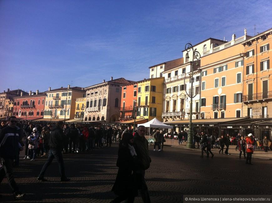 Городские ворота открывают путь на пьяцца Бра - центральную площадь Вероны.