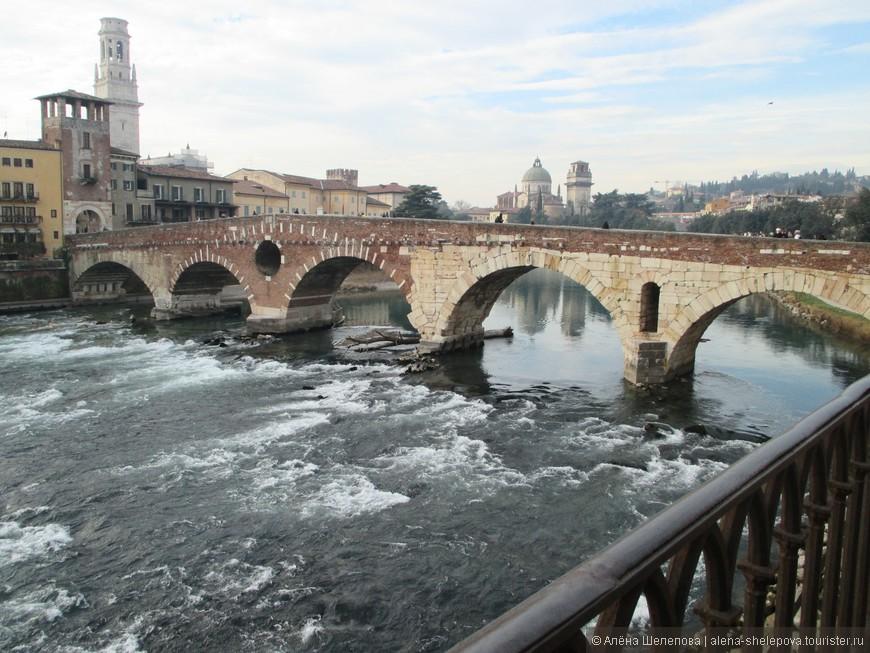 Понте Пьетра - самый древний мост в городе через реку Адидже. Мост был построен около 89 года до н. э. Во время Второй мировой войны мост был разрушен, и после окончания войны его обломки собирали со дна реки и восстанавливали мост по сохранившимся фото и эскизам.