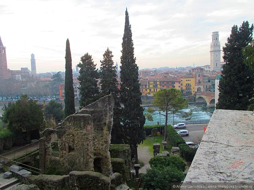 Мы стали подниматься вверх по холму и увидели Римский театр. Он был построен еще в 1 веке н.э.