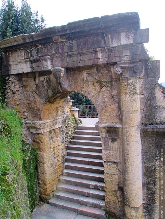 Часть конструкций Римского театра.