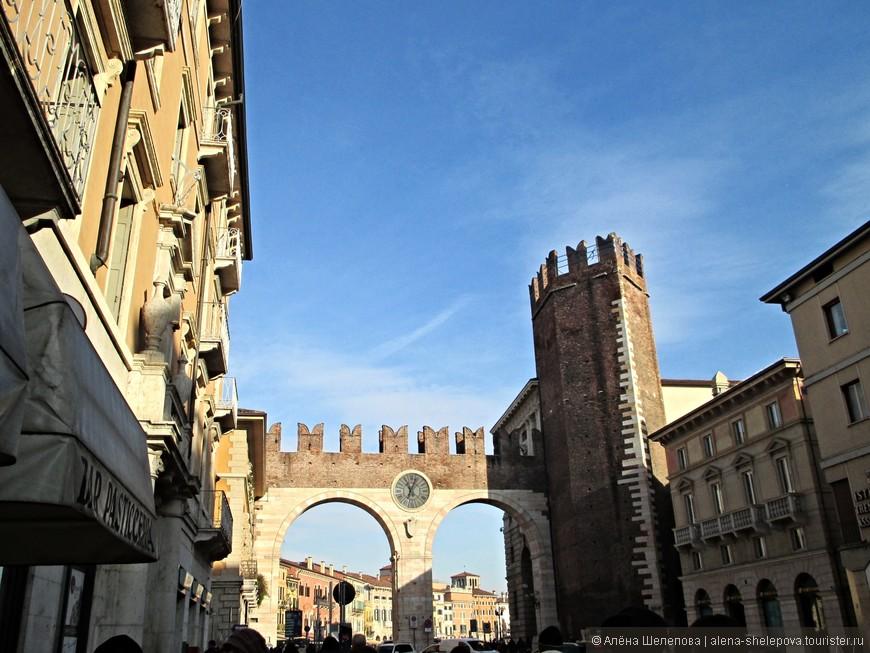 """Судьба занесла нас в Италию, и конечно, мы не упустили возможности навестить прекрасный город Верону, название которого у всех на слуху благодаря У. Шекспиру, перенесшему героев """"самой печальной повести на свете, повести о Ромео и Джульетте"""" именно туда. Мы прибыли туда на поезде из Милана ранним солнечным январским утром, и проследовали от вокзала по направлению к сердцу города. Нас встретили городские ворота Порта делла Бра постройки 14 века, изображенные на фото, рядом с которыми мраморная вывеска с цитатой все того же Шекспира: «Но мира нет за стенами Вероны: Чистилище там, пытка, самый ад! Изгнав отсюда, этим изгоняет Из мира он меня; а это — смерть!»."""