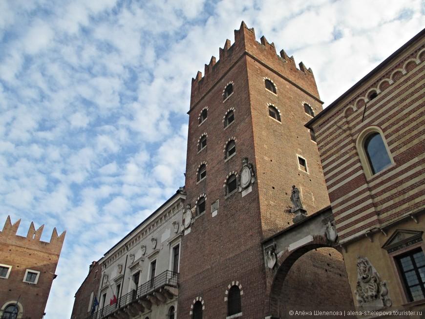 Дворец Кансиньорио представляет из себя башню с зубцами, характерными для всех построек времен династии Скалигеров (14 век). Какое-то время в этой башне рамещалась городская тюрьма.